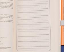Stifthalter mit dickem Buch